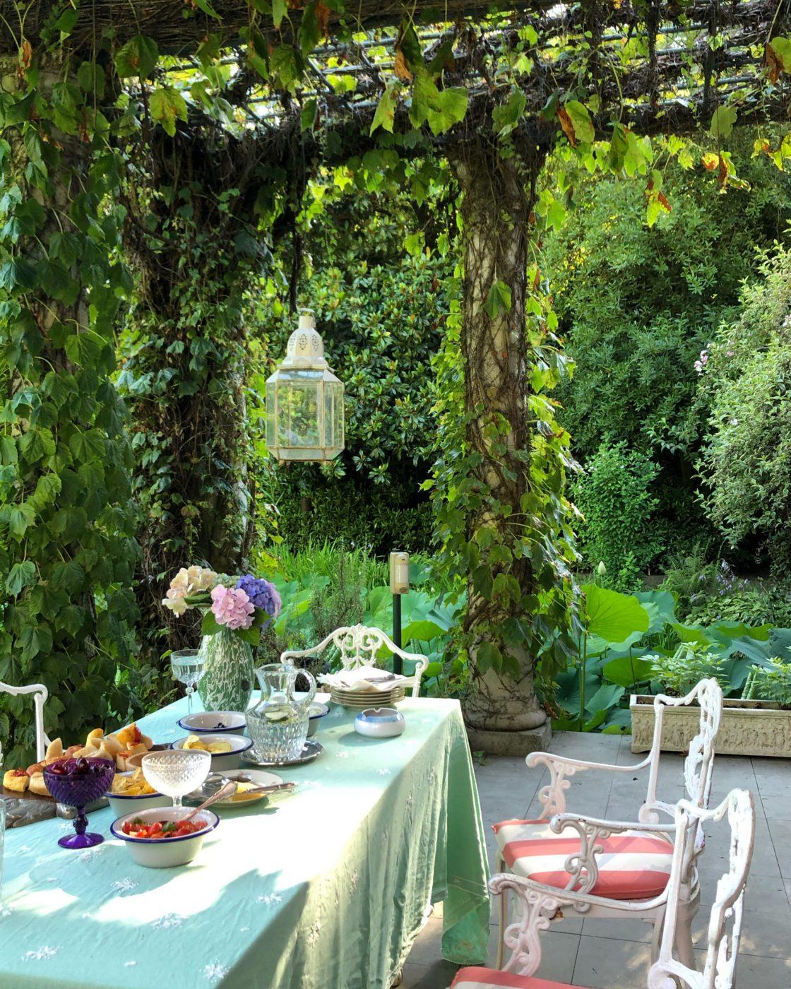 Tavolo imbandito pranzo La Foleia lago maggiore