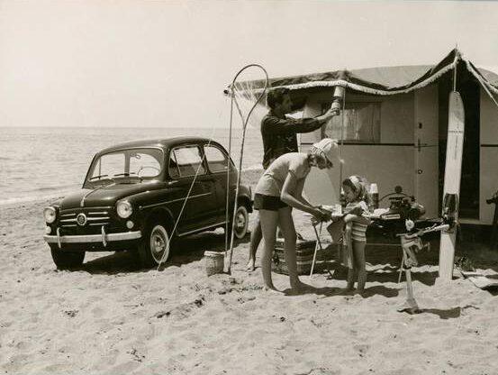 Camping sulla spiaggia del mare, 1960